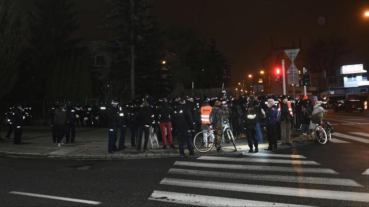 """Protest pod domem Jarosława Kaczyńskiego. """"Było 13 osób, z czego 12 służbowo"""""""
