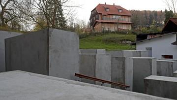"""Artyści postawili pomnik ofiar Holokaustu koło domu polityka prawicowej AfD. Bo nazwał go """"pomnikiem hańby"""""""