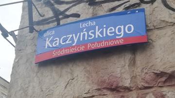 """""""Ulica Lecha Kaczyńskiego"""" zamiast Armii Ludowej. Ktoś zakleił tablice"""