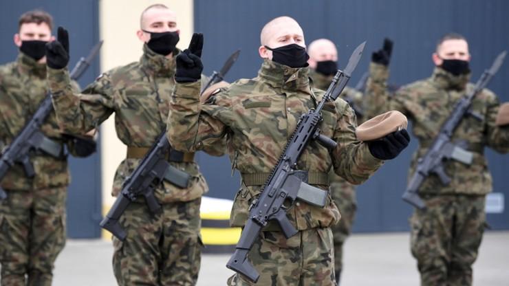 Polacy ufają wojsku i NATO. Na przeciwnym biegunie sądy i TK