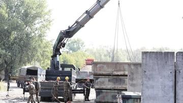 Wojsko rozpoczęło montaż mostu pontonowego, rusza sprzęt do ozonowania wody w Wiśle