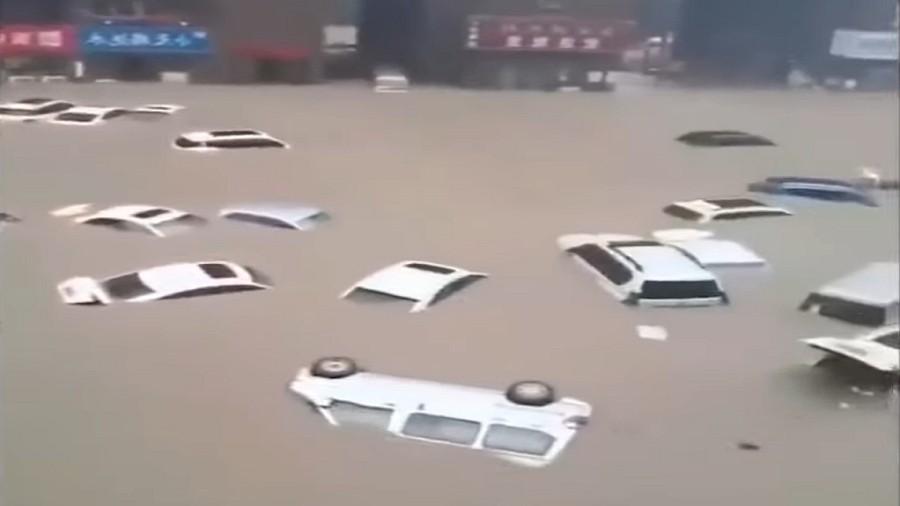 Zalane samochody w chińskim Zhengzhou. Fot. Twitter.