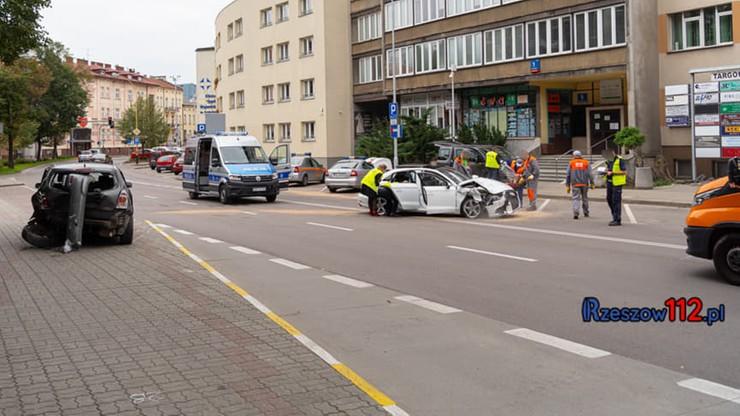 Rzeszów. Pijany policjant swoim autem wbił się w toyotę obok siedziby... Straży Miejskiej