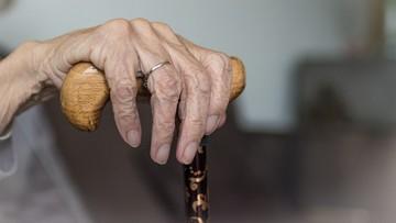 Skazana za znęcanie się nad 104-letnią matką znów z nią mieszka. Ma zakaz zbliżania się na 2 metry