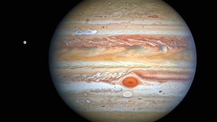 Zobacz, jak tajemniczy obiekt rozbłysnął w atmosferze Jowisza [WIDEO]