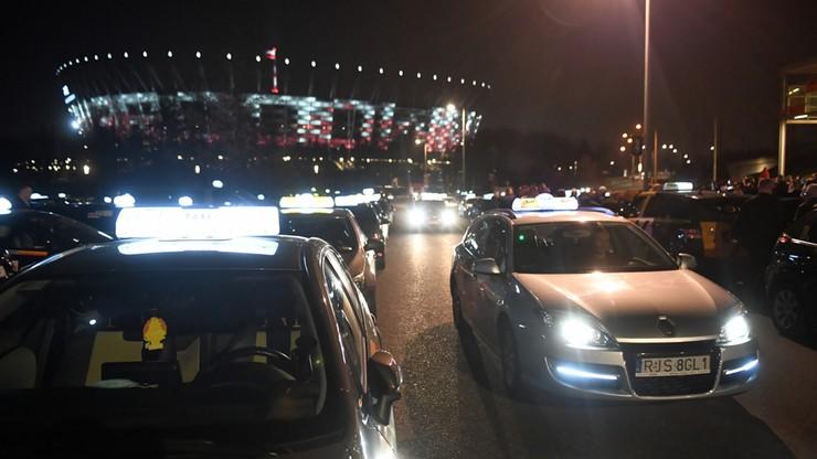 Warszawa: manifestacja solidarnościowa taksówkarzy po ataku na jednego z nich