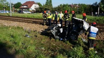 Pociąg uderzył w auto na niestrzeżonym przejeździe kolejowym. Jedna osoba nie żyje