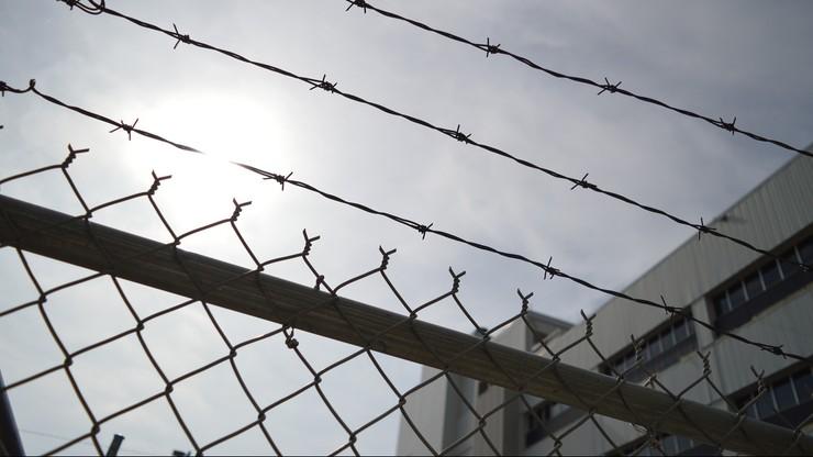Nauczyciel skazany za pedofilię zmarł w więzieniu. Zadławił się jedzeniem