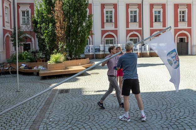 Aktywiści zawiesili flagę na maszcie przed urzędem miasta/ Grzegorz Borys, Grupa Stonewall