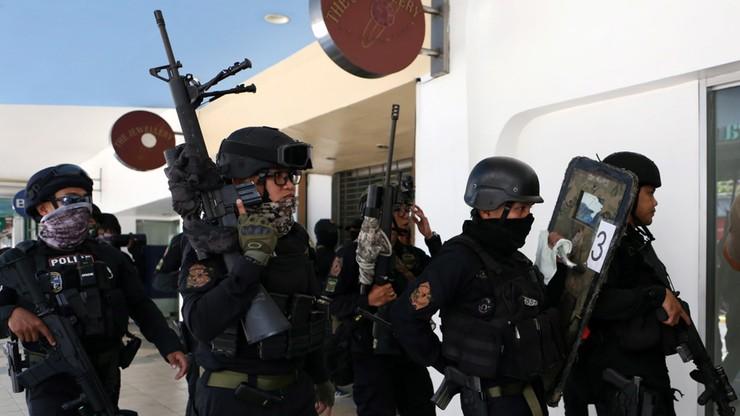 Filipiny: uzbrojony mężczyzna przetrzymuje zakładników w centrum handlowym