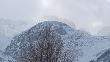 Sztorm na Bałtyku, trudne warunki w górach. Silny wiatr wciąż zagraża