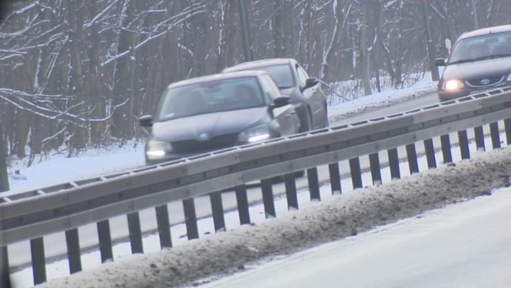 GDDKiA ostrzega: ślisko na drogach. Jazdę utrudniają opady śniegu