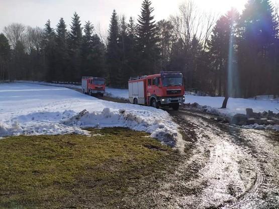Strażacy musieli dotrzeć do gospodarstwa rozmiękłą gruntową drogą prowadząca przez góry.