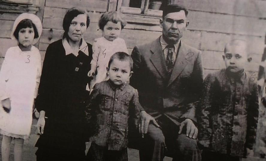 Przedwojenne zdjęcie rodziny Janiny Sienkiewicz (pani Janina - dziewczynka w białej sukience)