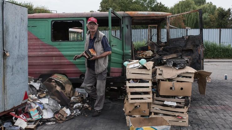 Od 13 lat sprzedawał z żuka stare książki, by się utrzymać. Ktoś spalił mu auto