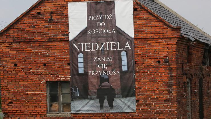 """""""Przyjdź do kościoła, zanim cię przyniosą"""". Proboszcz z Latowic wywiesił kontrowersyjny baner"""