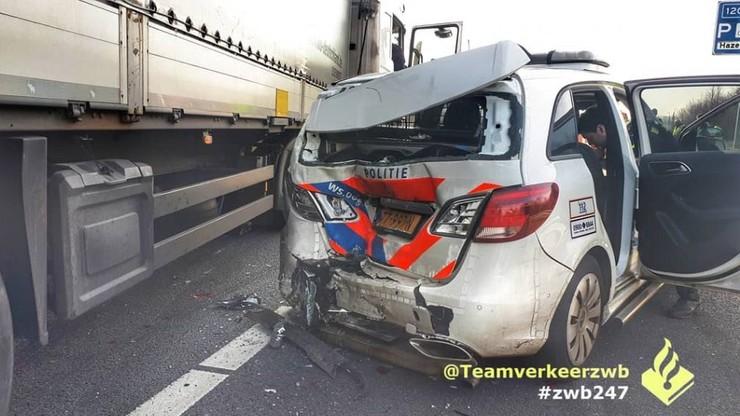 Polska ciężarówka zmiażdżyła tył radiowozu na autostradzie w Holandii