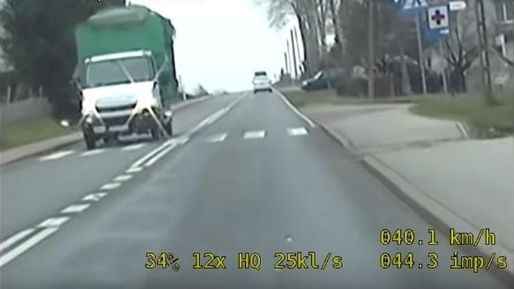 Ostrzegał kierowców przed policją. Trafił na nieoznakowany radiowóz