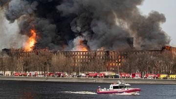 Płonie XIX-wieczna fabryka, z pożarem walczą śmigłowce wojskowe