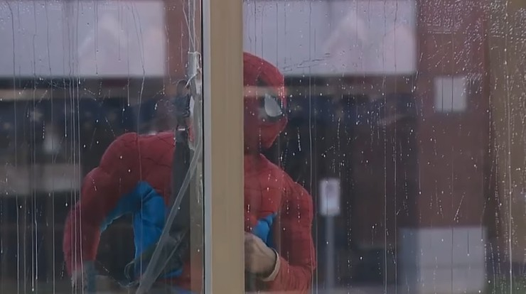 Mył okna w szpitalu przebrany za Spider-Mana. Został skazany za pedofilię na 105 lat więzienia