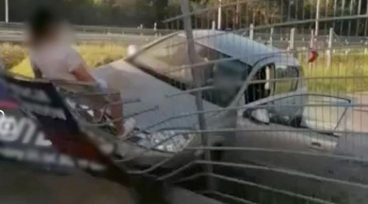Pasażerki pojazdu usiłowały zepchnąć go z ogrodzenia.