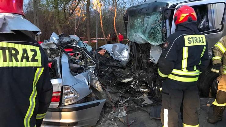 W Błoniu zderzenie ciężarówki z samochodem. Nie żyją dwie osoby