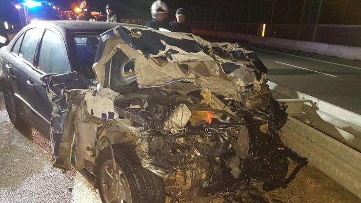Mercedes uderzył w naczepę jadącego przed nim tira. Kierowca zginął na miejscu