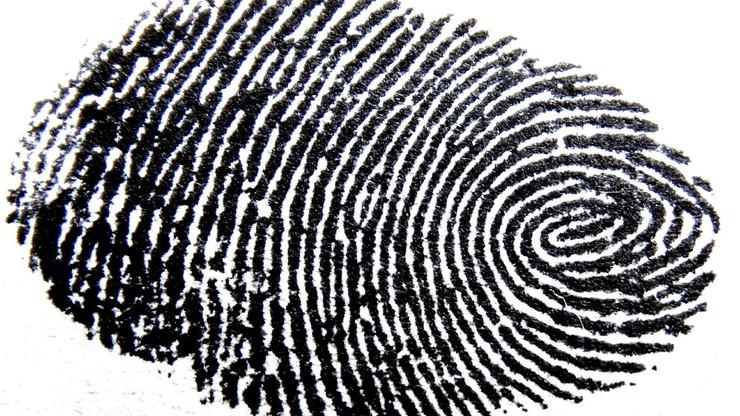 Warszawa. Uszkadzał sobie opuszki palców, żeby ukryć swoją tożsamość. Był poszukiwany za kradzież