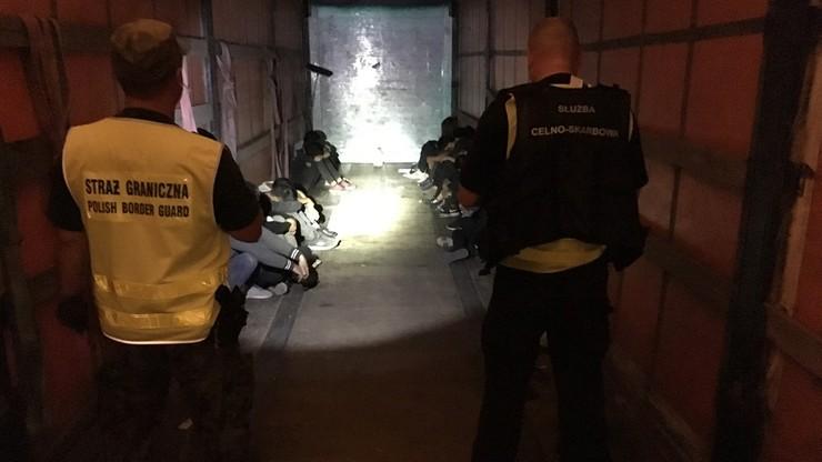 20 Wietnamczyków ukrytych w ciężarówce próbowało nielegalnie wjechać do Polski