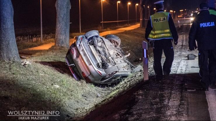 VW uderzył w drzewo i dachował. Kobieta prawdopodobnie chciała ominąć sarnę. Zginęła na miejscu