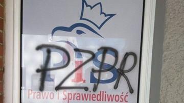 """Miała napisać """"PZPR"""" na biurze parlamentarzystów PiS. Nie odpowie za """"propagowanie totalitaryzmu"""""""