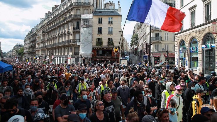 Francja. Protesty przeciw tzw. paszportom covidowym. Policja użyła gazu