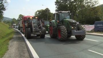"""Rolnicy zablokowali drogę na Dolnym Śląsku. Domagają się pomocy, bo """"komornicy już zacierają ręce"""""""