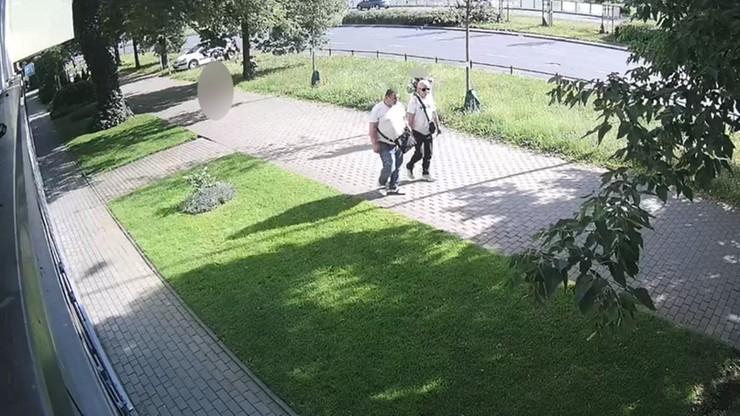Warszawa. Ukradli cenny sprzęt dla niemowląt. Policja ujawnia wizerunek złodziei