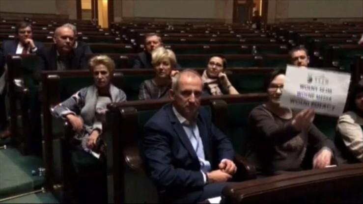 """""""Wy przed Sejmem, a my w Sejmie"""". Opozycja okupuje sejmową salę plenarną"""