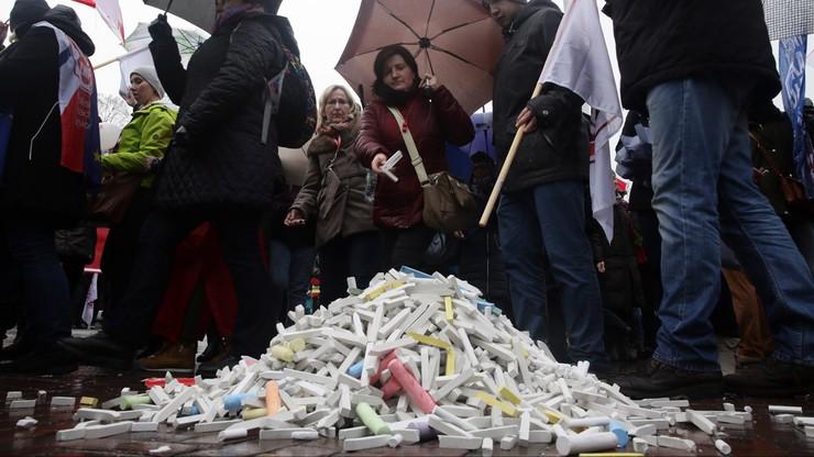 Usypali kopiec z kredy. Demonstracja przeciwko zapowiedzianej reformie oświaty