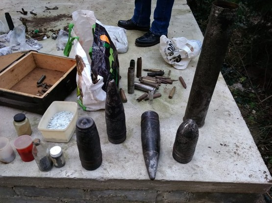 Znaleziono m.in. kilka kilogramów prochu i amunicję oraz ponad dwadzieścia pocisków artyleryjskich