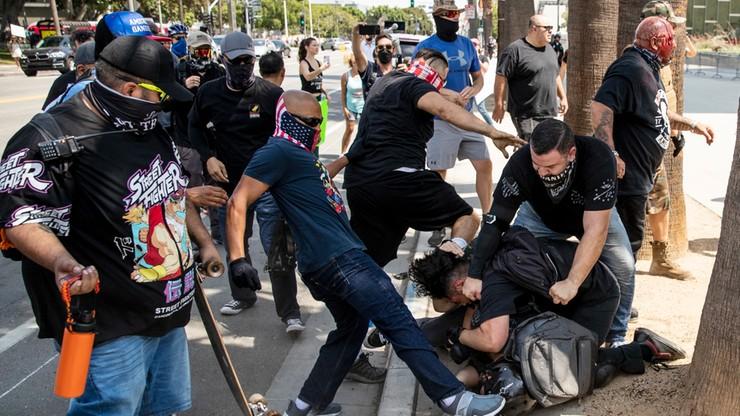 Los Angeles, USA. Mężczyzna raniony nożem podczas demonstracji antyszczepionkowej