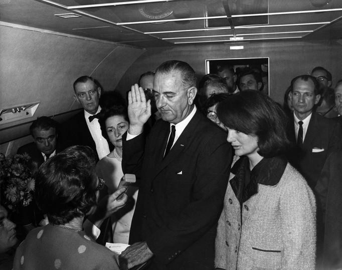 Lyndon B. Johnson składa przysięgę na pokładzie Air Force One dwie godziny i osiem minut po zabójstwie Johna F. Kennedy'ego