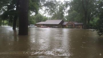 """Mówił, że """"Bóg zsyła klęski żywiołowe, by karać gejów."""" Powódź zniszczyła mu dom"""