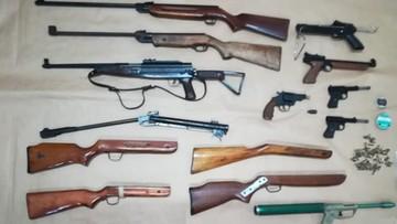 Policjanci pomagali 81-latkowi szukać kluczy. Zamiast nich znaleźli amunicję i broń