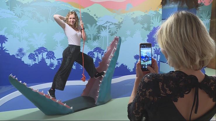 Zdjęcie w paszczy krokodyla i wannie pełnej pieniędzy. Muzeum Instagrama w Brukseli
