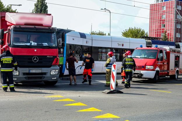 Pojazdy zderzyły się w miejscu, gdzie obowiązuje tymczasowa organizacja ruchu. Wskazuje na to żółta barwa poziomych znaków drogowych