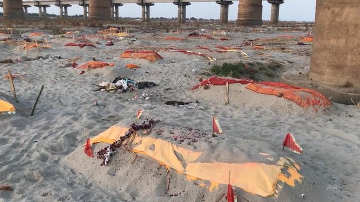 Indie. Ganges wyrzuca na brzeg tysiące ciał