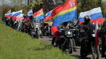 """Rosyjscy motocykliści oddali hołd czerwonoarmistom w Braniewie. Spiker wymienił """"Nocne Wilki"""" z Kaliningradu"""