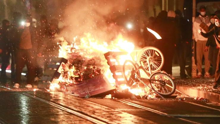 Chaos i zamieszki w Brukseli po śmierci 23-latka. Płoną barykady i komisariat
