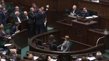 Nitras położył przed Kaczyńskim dziecięce buciki. W obronie prezesa stanął Suski