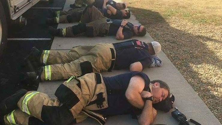 30 godzin walki z pożarem w Tennessee. Poruszające zdjęcie wycieńczonych strażaków