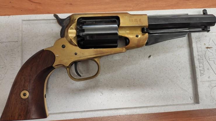 32-latek ukradł rewolwer. Uciekając, oddał strzał