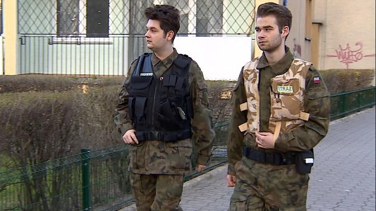 Fryzjer i fotograf patrolują ulice. Warszawska Straż Obywatelska zwiera szeregi